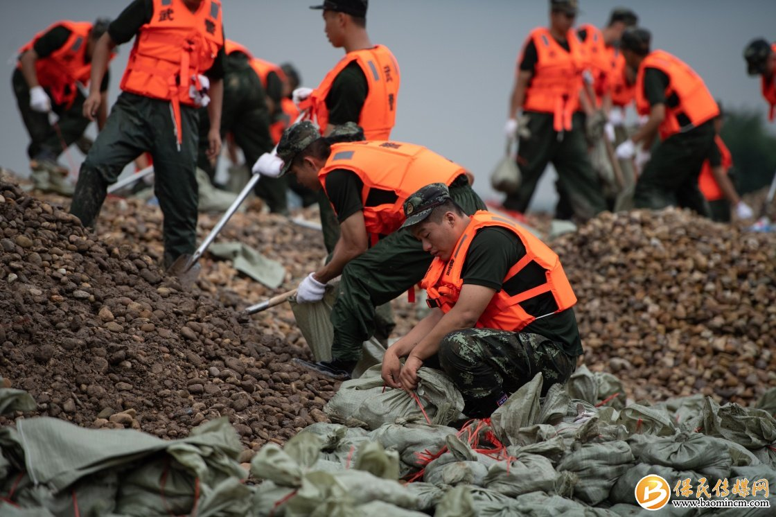 湖南津市:抗洪抢险进行中