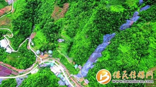 ▲这是7月5日拍摄的白河县卡子镇凤凰村从山顶延伸到山脚的硫铁矿渣(无人机照片)。  记者梁爱平摄